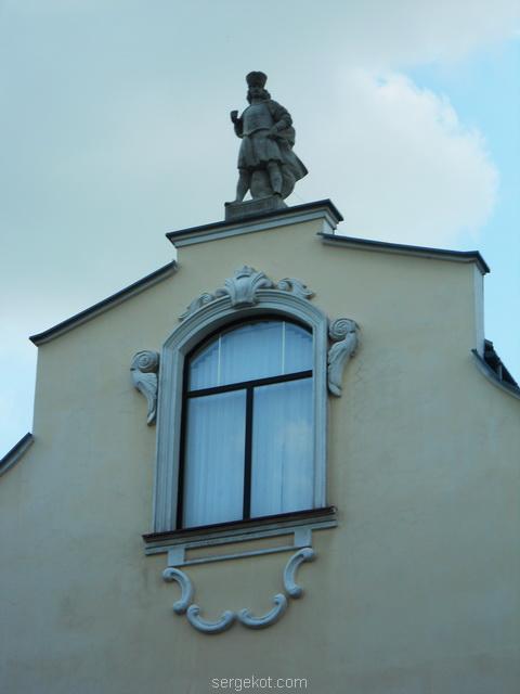 Мукачево. 2010. статуя на доме.