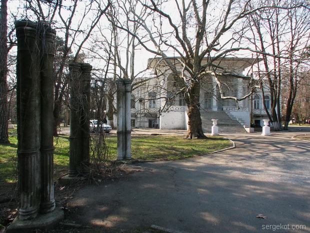 Дача Ашкенази. Парковый фасад. Вид от колон.