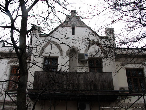 Дача Е. Щехтер, Парковый фасад.  Балкон.