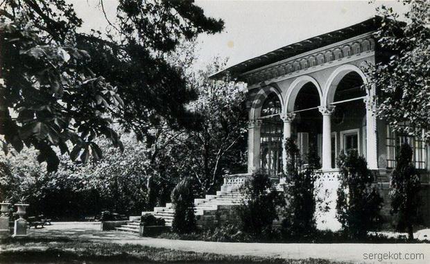 Парковый фасад дачи Ашкенази