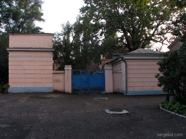 Французский бульвар, 79, дача Бродского,  Хоз постройки, ворота.