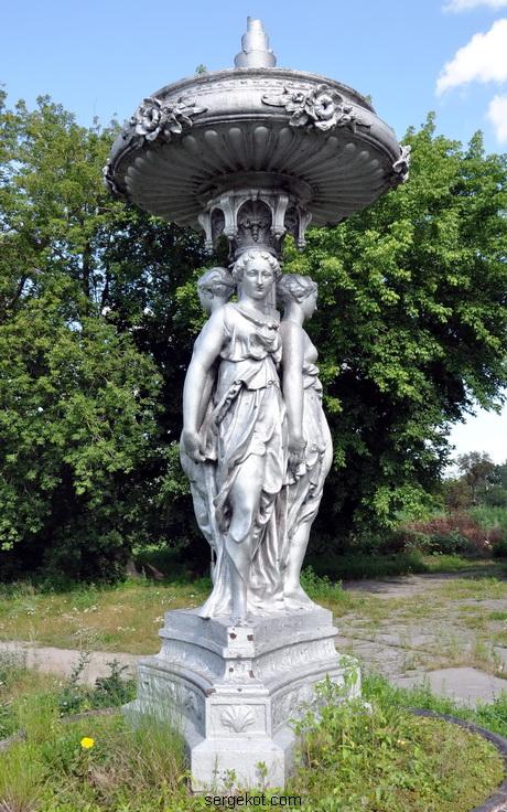 Червоно. Фонтан с тремя богинями. 2011...