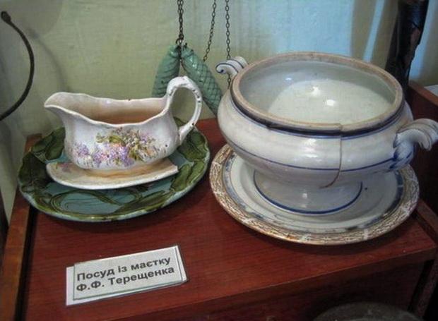 Червоно. Музей. Посуда из дворца  Терещенко.