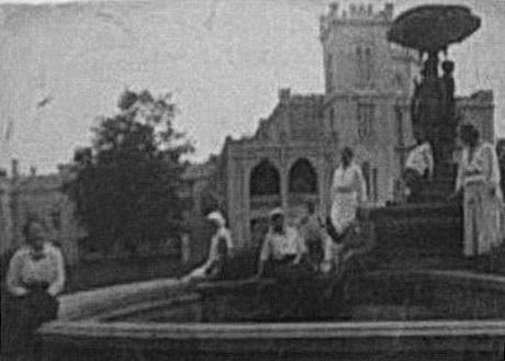 Червоно. Фонтан с тремя статуями у дворца Терещенко.