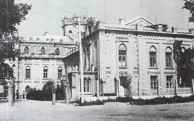 Червоно. Ограда за дворцом.1975.