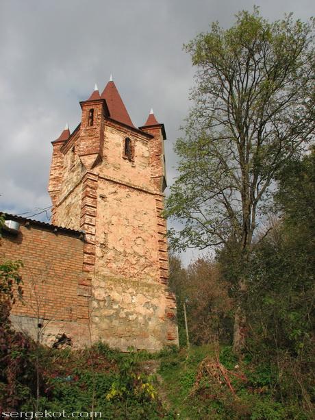 Сутиски. Башня и уцелевшая часть флигеля.