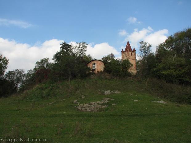 Сутиски. Вид на сохранившуюся часть дворца.