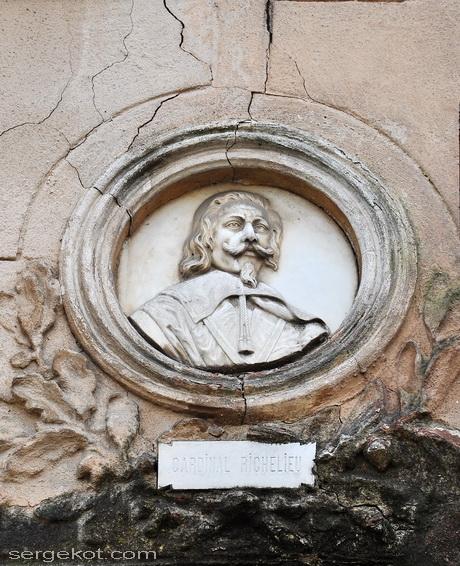 Особняк Демидовых-Сан Донато. Барельеф герцога де Ришелье.