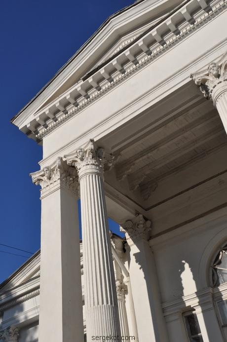 Главный фасад дачи Ашкинази. Портик.