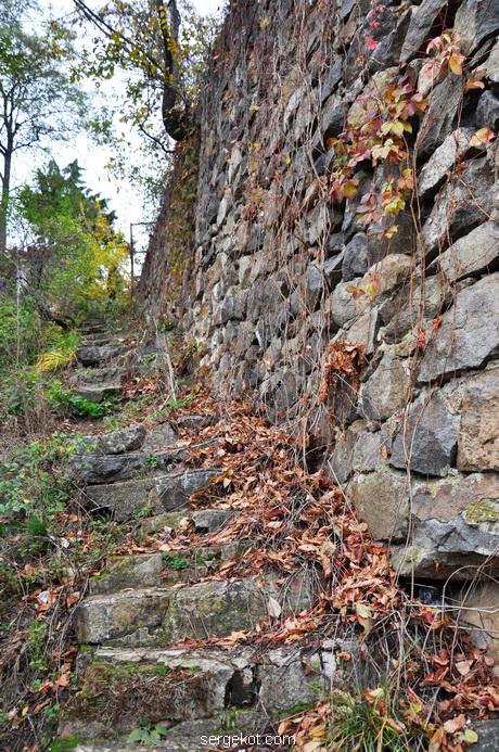 Сутиски. Каменнная лесенка вдоль смотровой площадки.