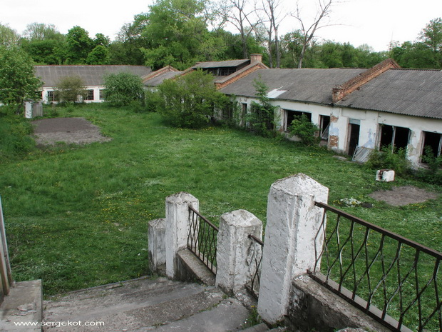 Червоно. Дворец Терещенко. Вид с лестницы на авиамастерские.