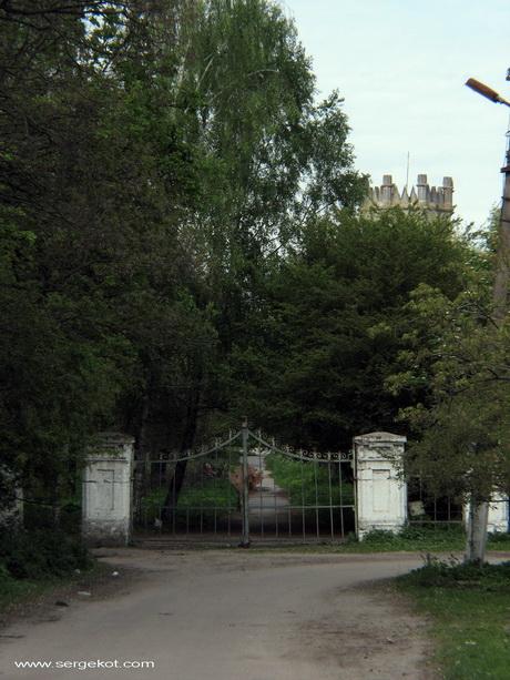 Червоно. Дворец Терещенко. Ворота.