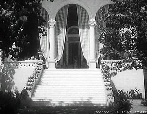 Дача Ашкенази. Главная лестница. Кадр из фильма Строгий Юноша