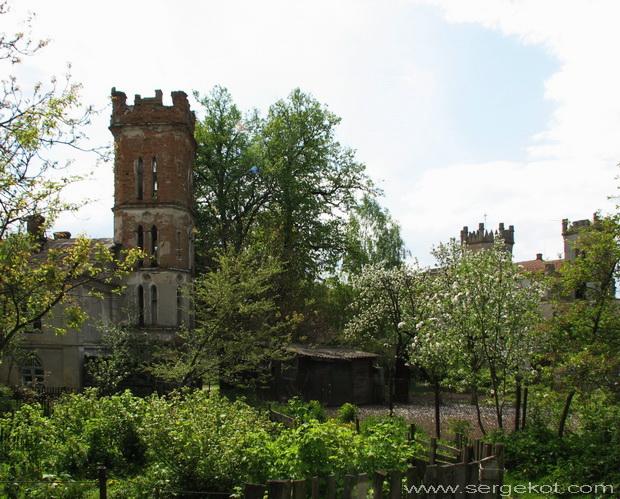 Червоно. Дворец Терещенко. Вид от служебных построек.