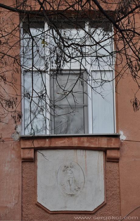 Французский бульвар, 11. Окно и Панно..