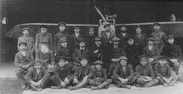 Группа работников Червоннского аэропланного завода.