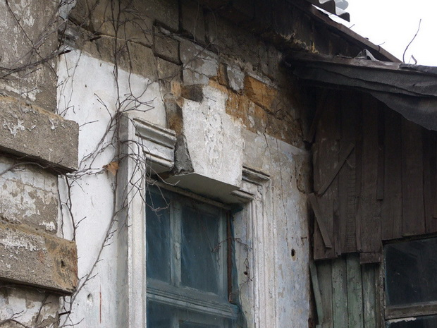 вероятно, остатки строений на даче Рапопорта. Окно.