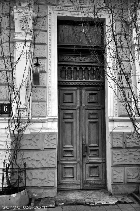 Екатерининская площадь 6. Дом Ждановой. Дверь в парадную.