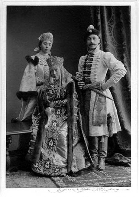 Александр Дмитриевич, Мария Федоровна и Елизавета Алексеевна Шереметевы на балу 1903