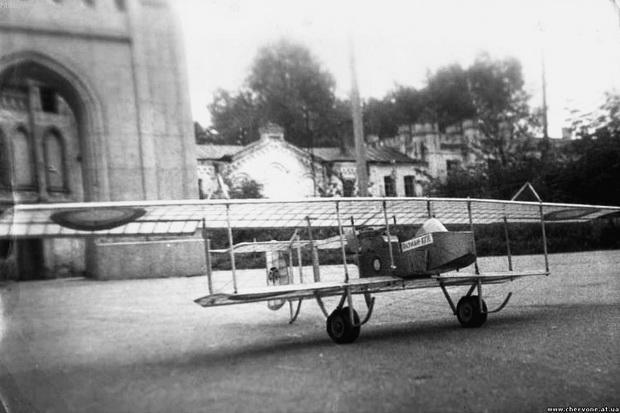 Червоно. Самолет Farman XXII у дворца Терещенко.
