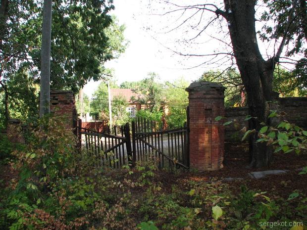 Тимановка. Дворец. Ворота в  имение..