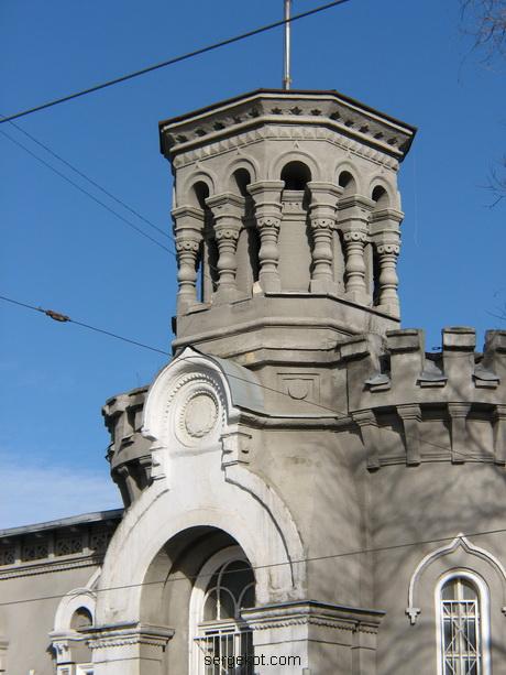 Мечникова, 53, Башня и кокошник главного входа.
