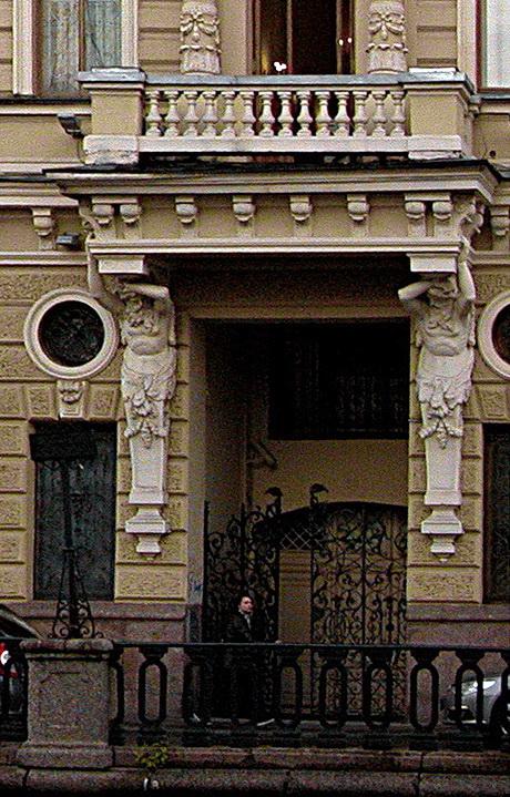 СПб Здание  Об-ва Взаимного кредита. Ворота и кариатиды.