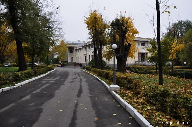 Немиров. Вид на дворец из парка.