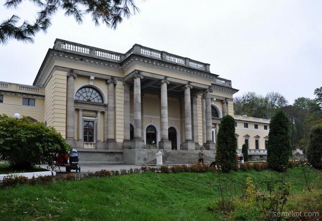 Немиров. Фасад дворца.