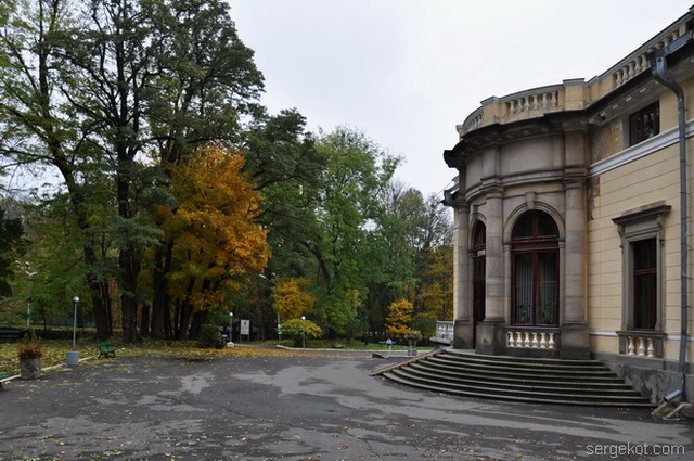 Немиров Вид с угла на восточный фасад.