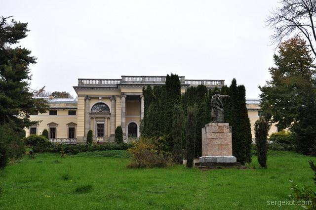 Немиров. Вид на дворец и Ленина.