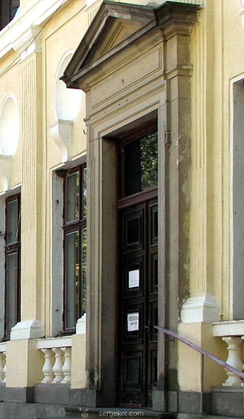 Немиров. Дверь на правом крыле главного фасада дворца