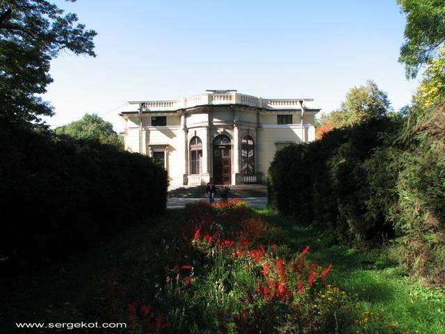 Немиров. Восточный фасад, вид с клумбы.