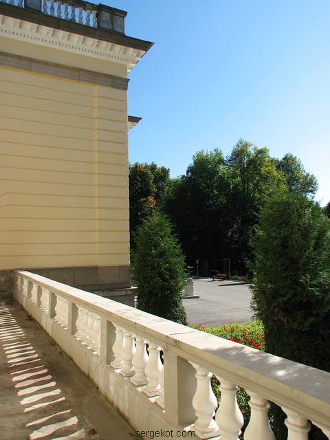 Немиров. Терраса у левого крыла паркового фасада.