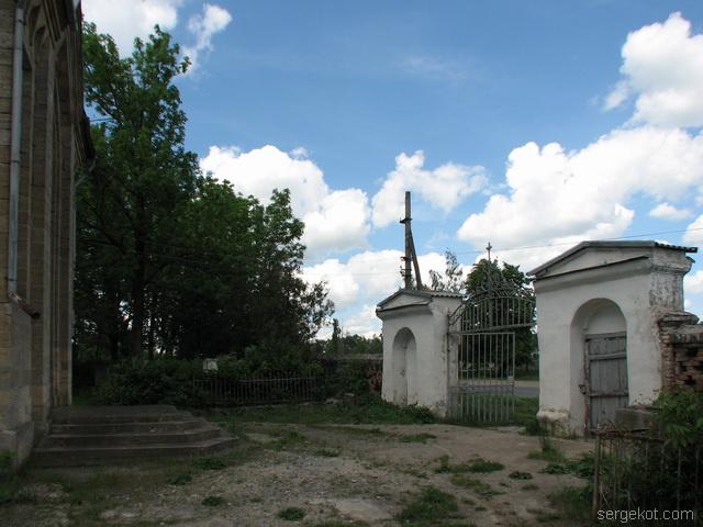 Чечельник. Усыпальница Собанских. Вид на ворота перед усыпальницей.