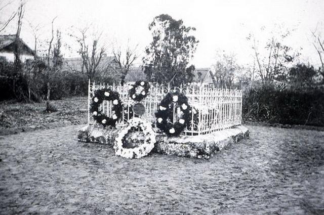 Могила Л-В. Тардана, украшенная к столетию колонии в 1922 году.
