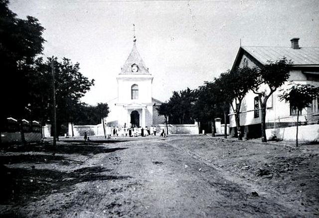 Церковь в Шабо. Колокольня разрушена во время войны.