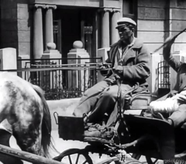 Кадр из фильма Ягодка любви. Вид на парадную дома по Французскому бульвару, 11а.