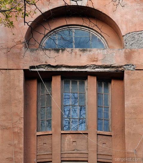Французский бульвар 11а, окно над первой параднай, фрагмент...