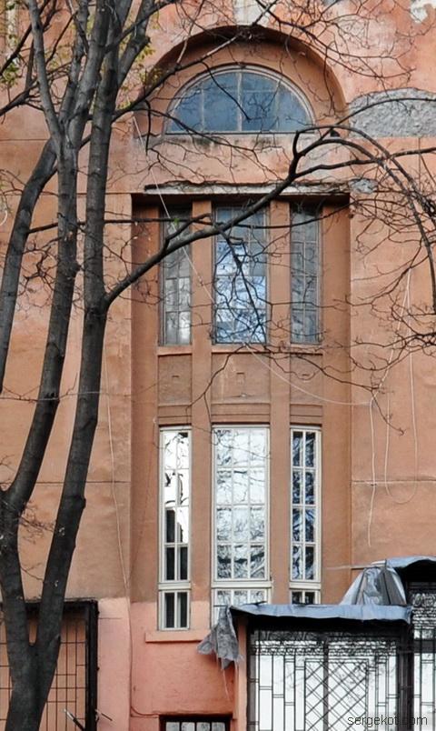 Французский бульвар 11а, окно над первой парадной.