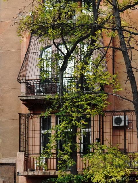 Французский бульвар 11а, балконы второго и третьего этажей.