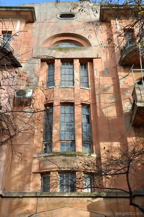 Французский бульвар 11. Окно парадной, фасада по бульвару