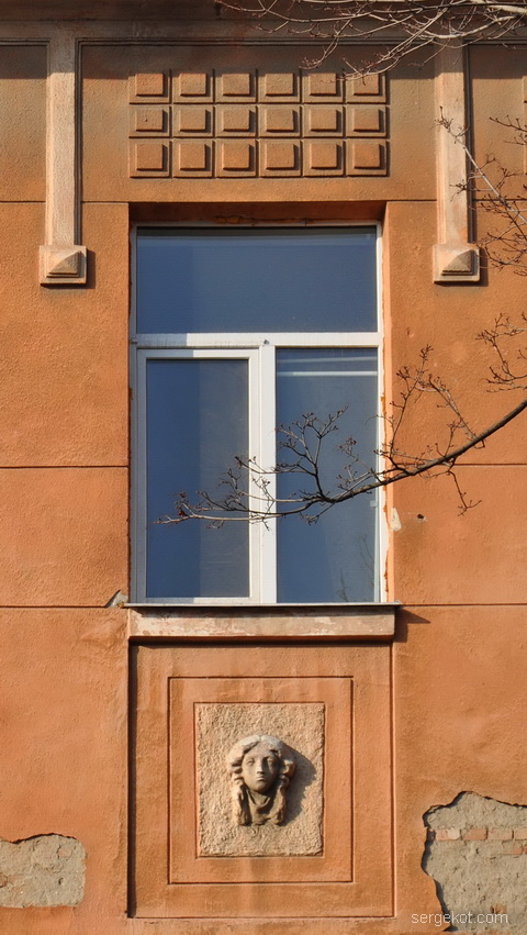 Французский бульвар 11а. Окна четвертого этажа.