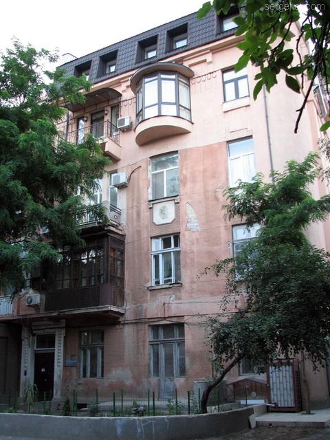 Французский бульвар 11а,слуховое окно в первом фронтоне главного фасада.